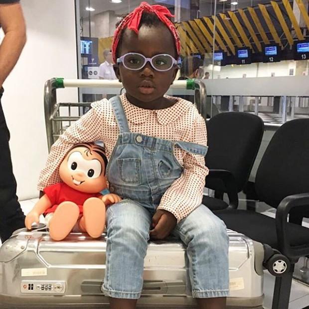 Títi e a boneca da Mônica, uma de suas personagens preferidas (Foto: Reprodução/Instagram)