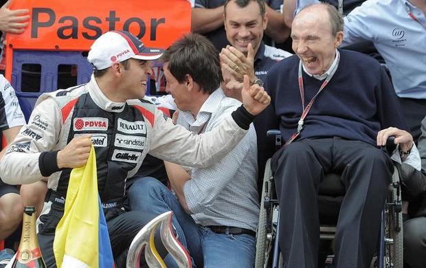 Maldonado comemora vitória ao lado do chefe e fundador da equipe, Frank Williams (Foto: AFP)