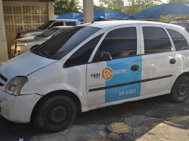Táxi foi usado para transportar droga por homens. (Foto: Polícia Federal/Divulgação)
