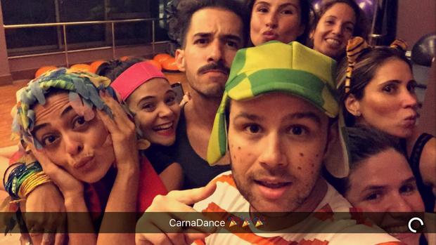 Juliana Paes participa de aula temática de carnaval em academia (Foto: Reprodução)