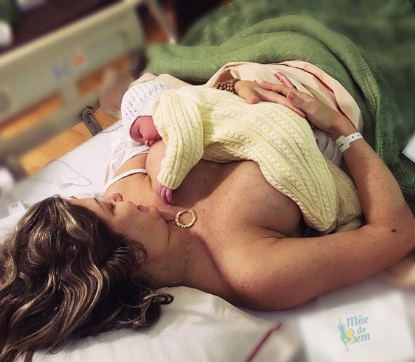 Theo sendo amamentado pela mãe, Bárbara, nas primeiras horas de vida (Foto: Reprodução/ Instagram)