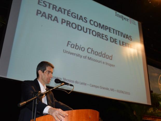 Engenheiro e professor Fabio Ribas Chaddad, em palestra no 18º Encontro Técnico do Leite, em Campo Grande.  (Foto: Anderson Viegas/Do Agrodebate)