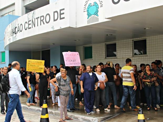 Funcionários manifestaram por falta de ticket alimentação e remédios quimioterápicos (Foto: Suelen Gonçalves/G1 AM)