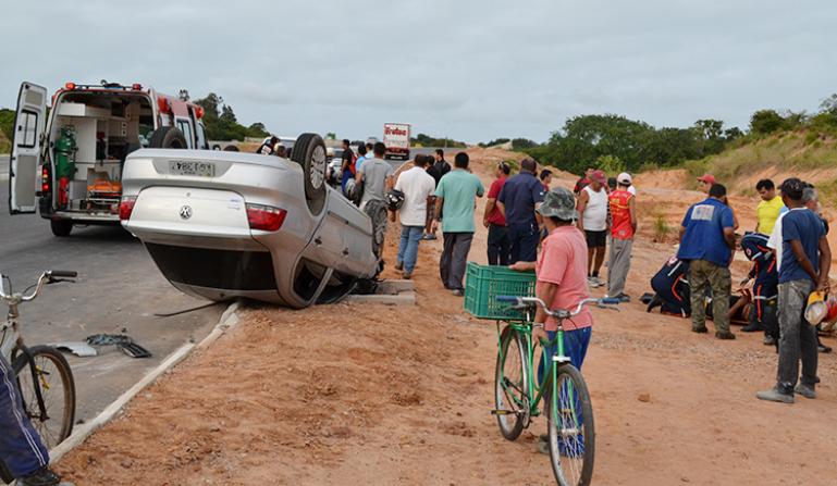 Veículo capotado no prolongamento da Avenida Prudente de Morais (Foto: Thyago Macedo/Portal BO)