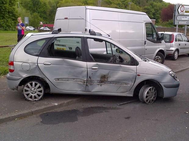 Motorista foi flagrado dirigindo com apenas um pneu (Foto: South Yorkshire Police)