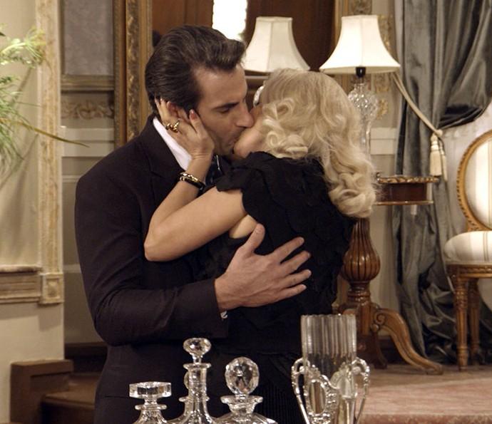 Sandra e Araújo se beijam após golpe contra Anastácia (Foto: TV Globo)