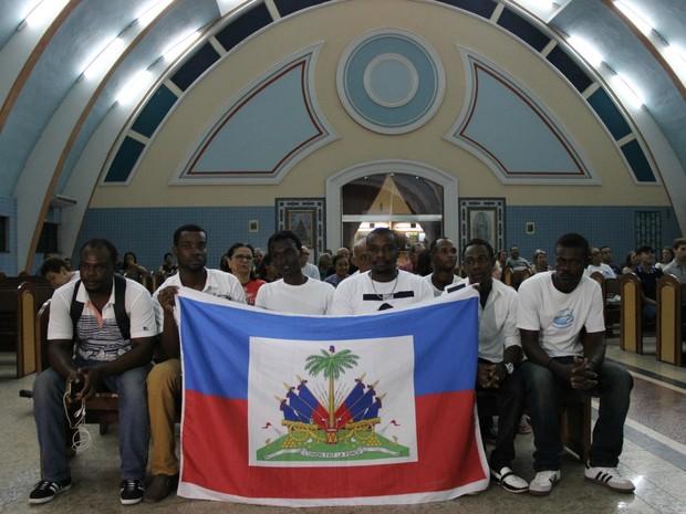 Sobreviventes exibiram bandeira do Haiti durante celebração (Foto: Ive Rylo/G1 AM)