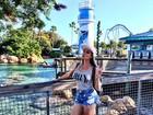 Juju Salimeni posa de shortinho em dia de parque em Orlando