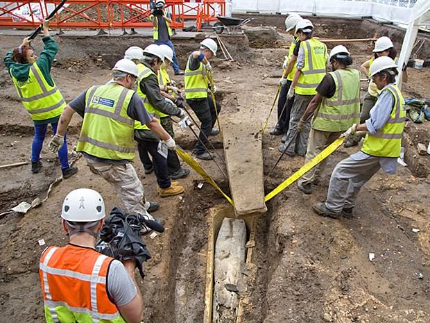 Oito pessoas foram necessárias para remover tampa de metal do caixão maior (Foto: Universidade de Leicester)