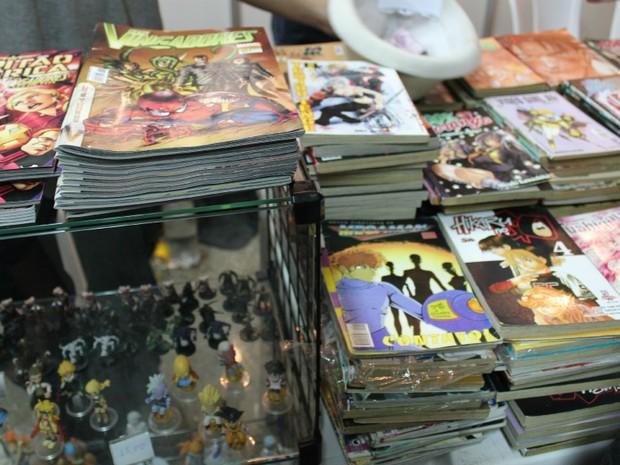 Histórias em quadrinhos e bonecos de super-heróis estão sendo vendidos na Manaus Game Party, no Clube do Trabalhador (Foto: Camila Henriques /G1 AM)