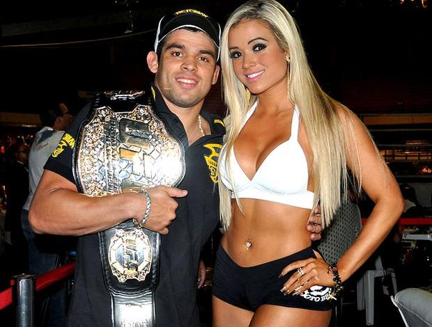 Aryane Steinkopf eleita ring girl do ano ao lado de Renan Barão (Foto: Divulgação)