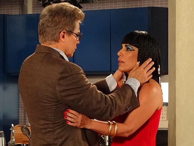 Felipe pensa ter Roberta em seus braços (Foto: Guerra dos Sexos / TV Globo)