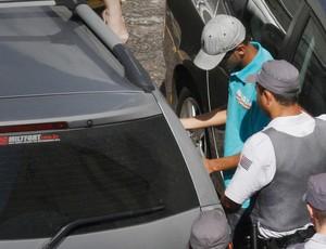 Menor corinthians chega acompanhado do advogado (Foto: Alberto Augusto/Sigmapress/Agência Estado)