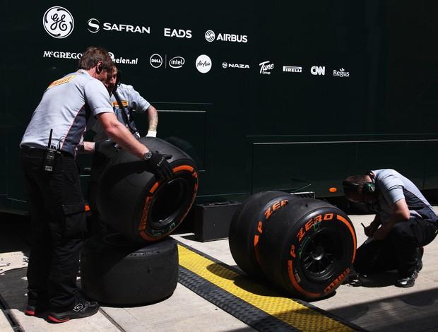 Engenheiros da Pirelli analisam os pneus duros, no GP da Inglaterra (Foto: Getty Images)