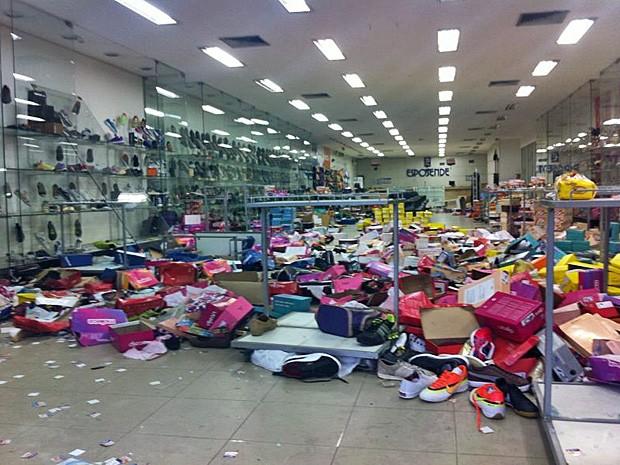 Lojas foram saqueadas durante greve da PM (Foto: Elvys Lopes/TV Globo)
