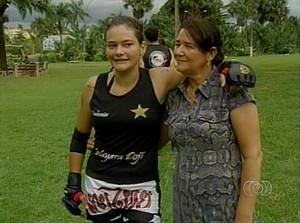 Mayara Ferreira, lutadora de MMA do Tocantins, se despede da mãe antes de ir para o Rio de Janeiro (Foto: Reprodução/TV Anhanguera)