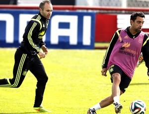 Xavi e Iniesta no treino da Espanha (Foto: EFE)