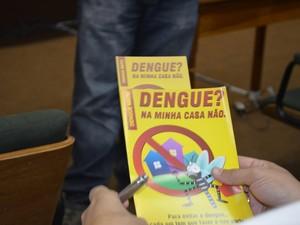 Folheto contra dengue será distribuído em Piracicaba (Foto: Fernanda Zanetti/ G1)