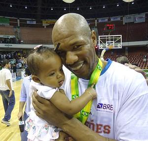 NBB Marcio Cipriano e sua filha (Foto: Rodrigo Alves / Globoesporte.com)