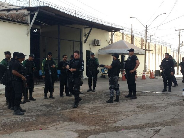 Agentes penitenciários realizam ronda em uma das unidades do Complexo de Pedrinhas (Foto: Clayton Monteles/Seap)