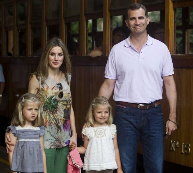 O príncipe Felipe, sua mulher, a princesa Letizia, e as filhas do casal, Leonor (à esquerda) e Sofia em foto de agosto de 2012 (Foto: Jaime Reina/AFP)