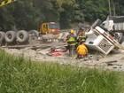 Caminhão tomba em rodovia e dupla fica gravemente ferida em São Roque
