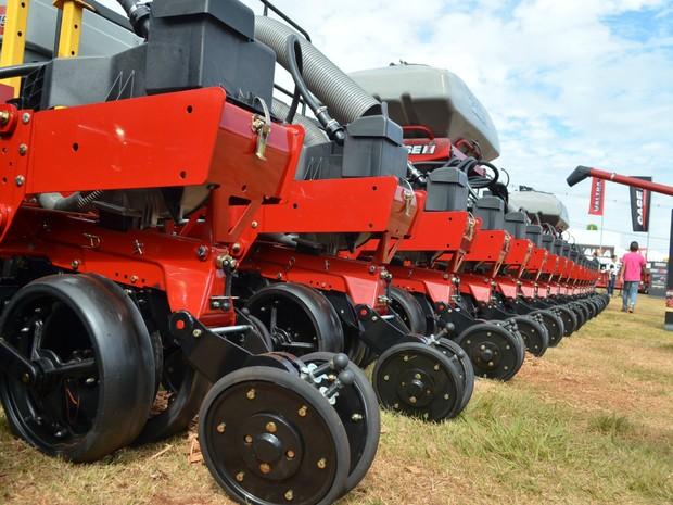 Plantadeira de 48 linhas é uma das maiores do mercado de grãos (Foto: Adriano Oliveira/G1)