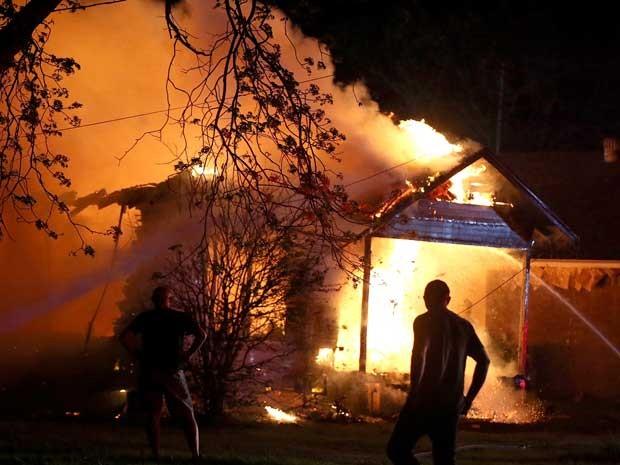 Equipes de emergência combatem incêndio em uma casa após explosão em fábrica de fertilizantes no Texas. (Foto: Rod Aydelotte  / Waco Tribune Herald / AP Photo)