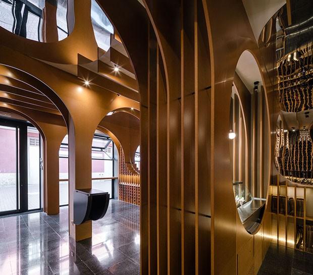 Loja de vinho com arquitetura moderna e arcos de madeira (Foto: Imágen Subliminal)