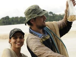Em um registro de Britz, os pesquisadores brasileiros Manoela Marinho e George Mattox (Foto: Arquivo Pessoal/Ralf Britz)