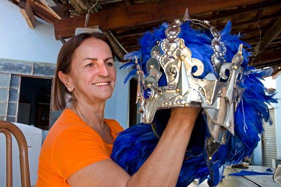 Valéria Cardoso dá os últimos retoques no capacete de seu marido, o Rei Adail (Foto: © Haroldo Castro/Época)