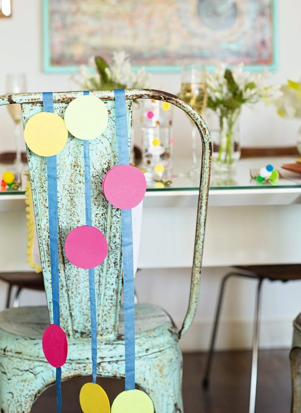 Cadeira no espírito carnavalesco, com bolas de papel coladas em fita de cetim (Foto: Elisa Correa / Editora Globo)