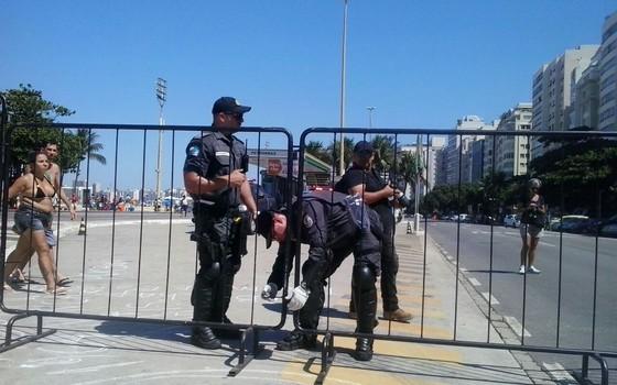 PM do Rio monta cerca que divide praia de Copacabana (Foto: ÉPOCA)