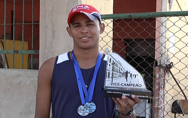 Eric exibe orgulhoso as medalhas que já conquistou (Foto: Reprodução/TV Mirante)