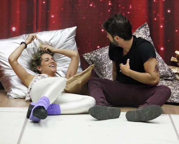 O casal conversa relaxado em pausa no ensaio (Foto: Raphael Dias / TV Globo)