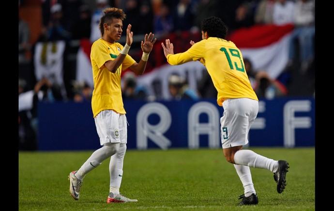 Neymar Fred Brasil x Paraguai (Foto: AP)