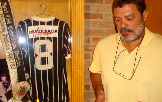 Sócrates, ao lado da camisa Democracia Corinthiana (Foto: Globoesporte.com)