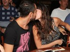 Paulo Vilhena e Thaila Ayala trocam beijos na noite carioca