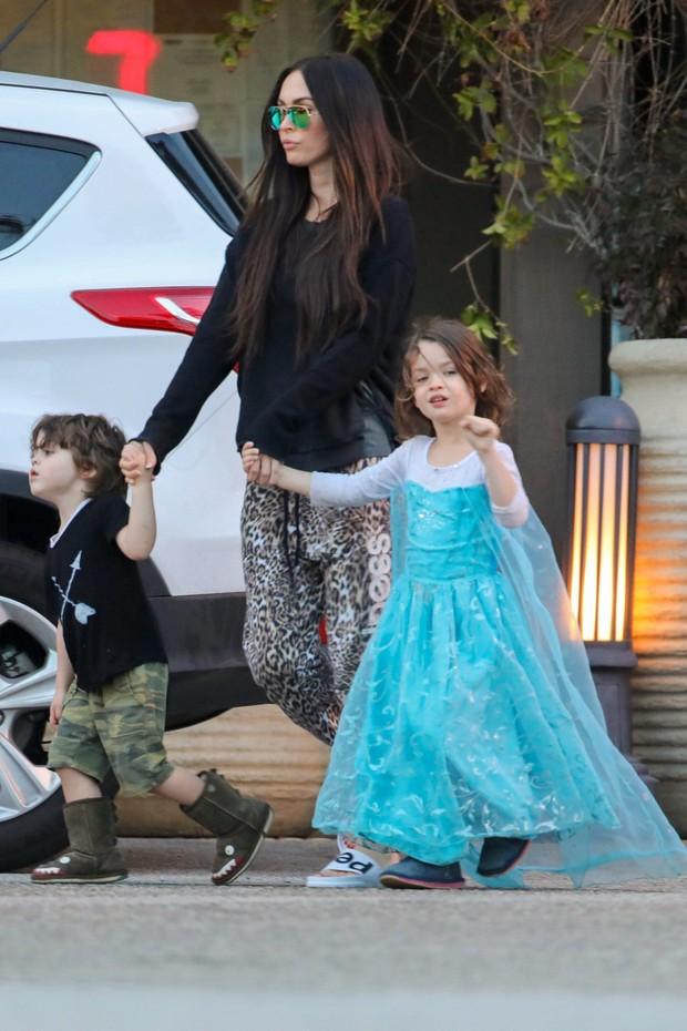 Megan Fox com os filhos Noah Shannon e Bodhi Ransom em Los Angeles, nos Estados Unidos (Foto: AKM-GSI/ Agência)