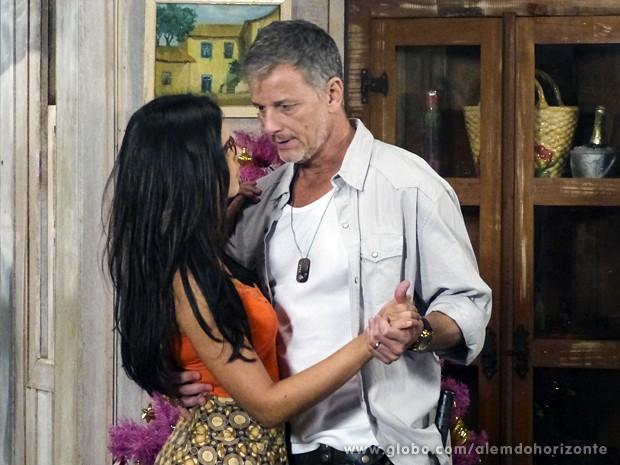 Furiosa, Keila coloca Kléber para dançar com Celina (Foto: Além do Horizonte/TV Globo)