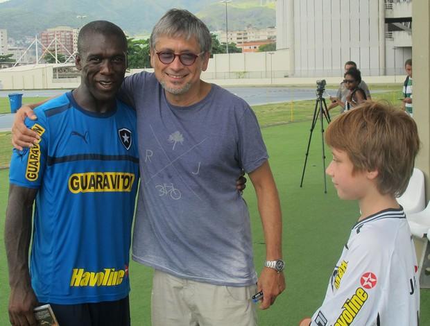Zé Renato, o filho Benjamin e  seedorf botafogo (Foto: Thales Soares)