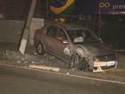 Motorista tem 'apagão', perde o controle do veículo e derruba poste