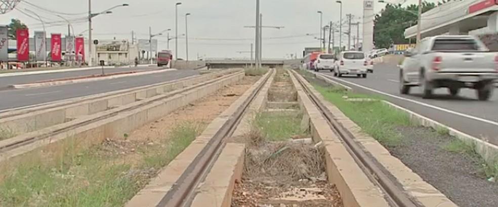 Trilhos do metrô de superfície já foram implantados na Avenida da FEB, em Várzea Grande (Foto: Reprodução/TV Globo)