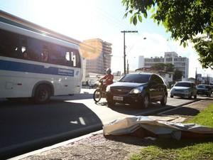 Ciclista morreu atropelado na principal avenida de Maceió (Foto: Jonathan Lins/G1)
