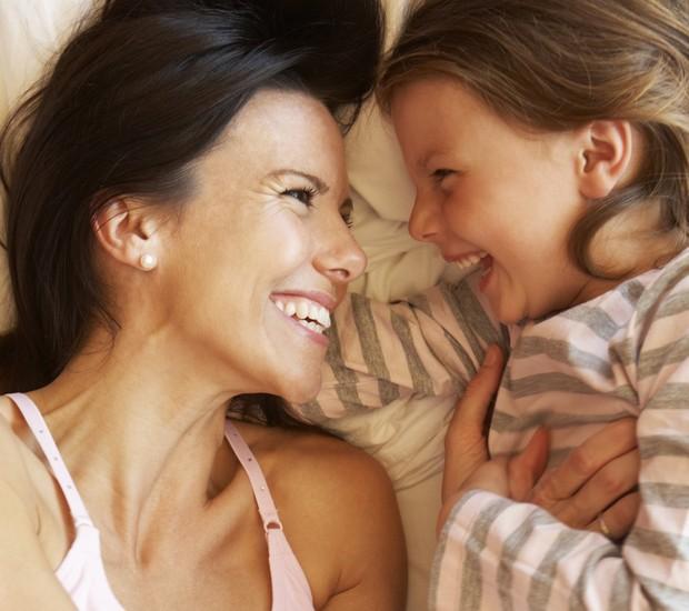 Mãe e filha rindo (Foto: Thinkstock)