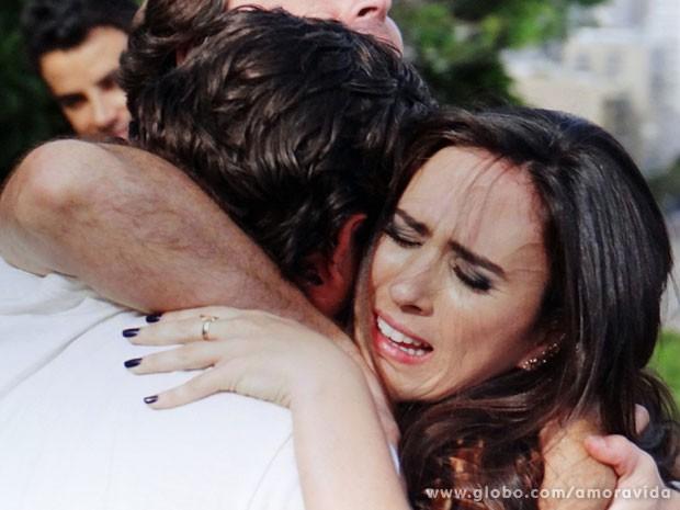 Ela chora abraçada a Murilo e Jefferson por conseguir a entrevista (Foto: Amor à Vida / TV Globo)
