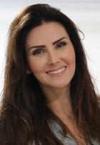 Lisandra Souto ensina maquiagem com iluminador e pó bronzeador