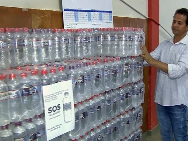 Voluntários arrecadam água para vítimas de tragédia (Foto: Reprodução EPTV)