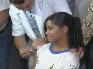 Estudantes da rede pública do Distrito Federal participaram na manhã desta sexta-feira (8) do lançamento da campanha de vacinação contra o HPV, no Centro de Ensino Fundamental 01, na Estrutural. O GDF vai vacinar aproximadamente 65 mil alunos com idades e (Foto: Reprodução/TV Globo)