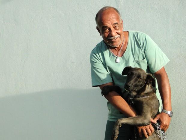 Pedro dos Santos e a 'guardiã' do Lumina Pet Memorial, em Itabirito. (Foto: Pedro Cunha/G1)